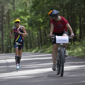 Lisa Roberts runs in the first lap of the DATEV Challenge Roth 2017